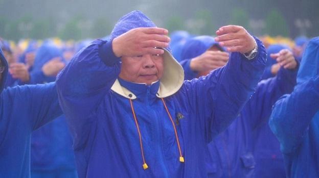 法輪功風雨中排字 遊客深受感動 譴責中共迫害信仰