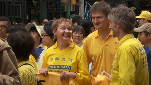 芭芭拉‧舍費爾(左)在紐約參加法輪功遊行。(Photo by Oliver Trey)