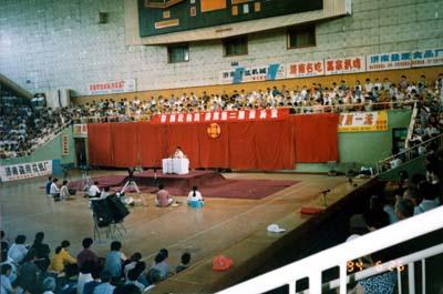 李洪志师父在中国山东法轮功济南第二期传授班上讲法传功。(1994-6)(明慧网)