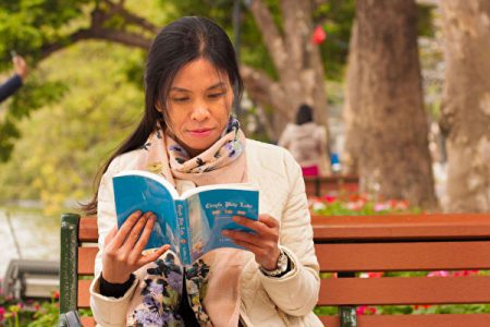越南女子阿方(Phuong)曾經因病險些失明,修煉法輪大法使她奇跡般康復,也照亮了她的人生。(DKN.tv)
